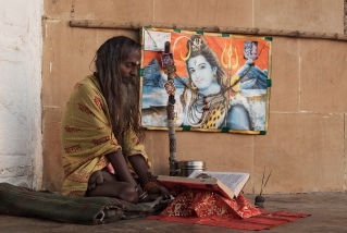 Sadhu_and_a_picture_of_Siva